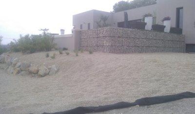 Terrasse piscine mur paniers gabion.