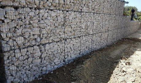 Mur de soutènement en paniers gabions.