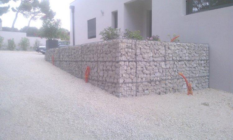 Entrée terrasse mur paniers gabion.